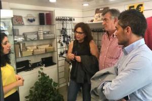 Concejales de Cs hablan con una comerciante de La Chana.