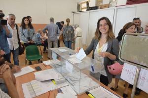 Marta Gutiérrez, al votar en su colegio del Realejo.