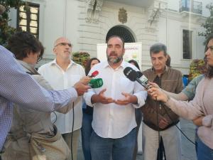 Francisco Puentedura atiende a los medios.