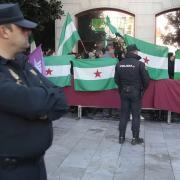Colectivos contrarios a la Toma vigilados por la Policía.