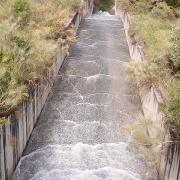 Otra vista de la caída del agua hacia la cascada.