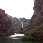 Al fondo, la cascada del aliviadero, vista desde la presa de Pinos Genil.