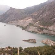 Otra imagen del embalse. Al fondo, la cola del pantano en Güéjar Sierra.