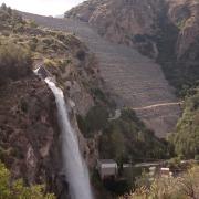 Otra vista de la cascada, junto al dique de tierra y piedras de la presa.