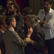 El alcalde da el pésame a Juan Carmona hijo.