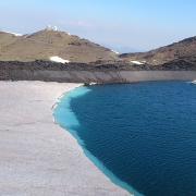 La nieve forma una 'playa' en la Laguna de las Yeguas.