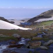 El agua se va abriendo paso en el deshielo de Sierra Nevada.