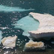 La fusión de los bloques de nieve de la laguna dejas imágenes de gran belleza.