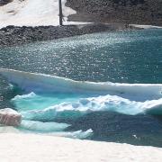 Bellas formas de los bloques de nieve que se funden en la laguna.