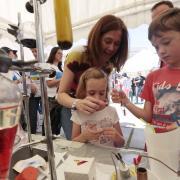 A los niños les encanta participar en los experimentos, como si fuera un juego.