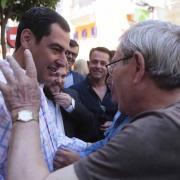 El presidente del PP-A conversa con un vecino.