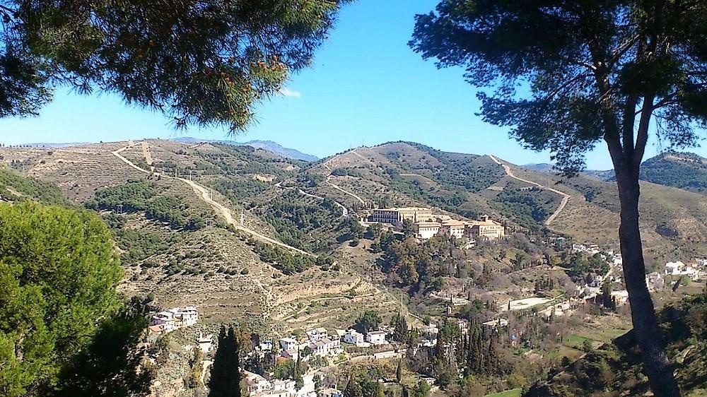 Vista del entorno del Valle del Darro en Granada, con la Abadía del Sacromonte.