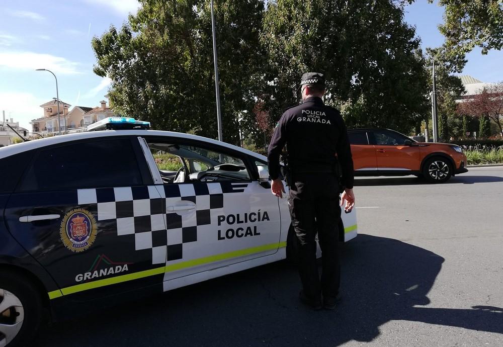 La Policía Local de Granada, en un control en la rotonda del Palacio de Deportes, este miércoles.