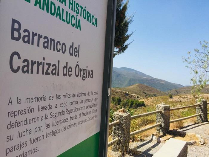 Placa que recuerda que el Barranco del Carrizal es Lugar de Memoria.
