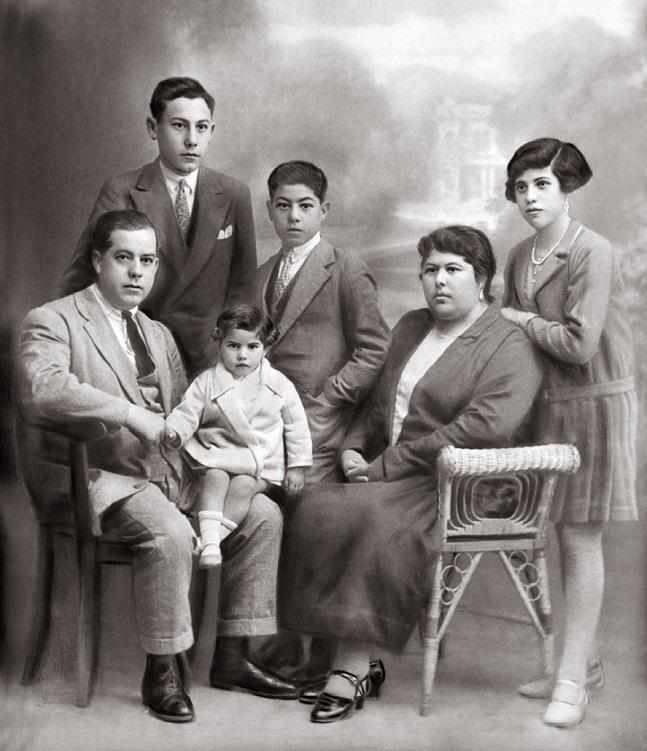 José Sánchez Castillo, con su esposa, Carmen Carreño Berruguilla, y sus hijos: Pepe (detrás de él), Carmen (en sus piernas), Antonio (en el centro) y Dolores.
