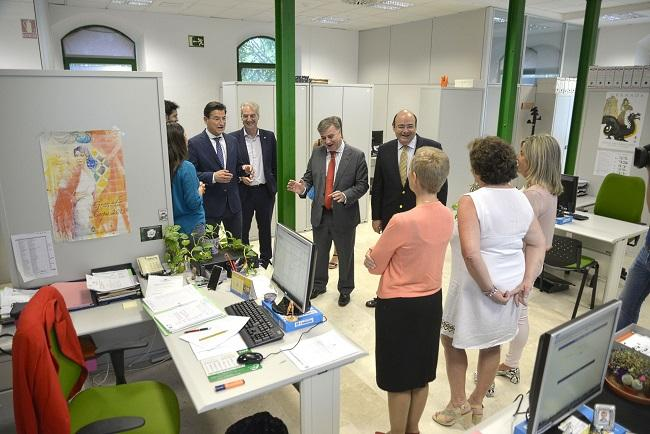 El alcalde y Sebastián Pérez, en una visita a Los Mondragones en septiembre pasado.