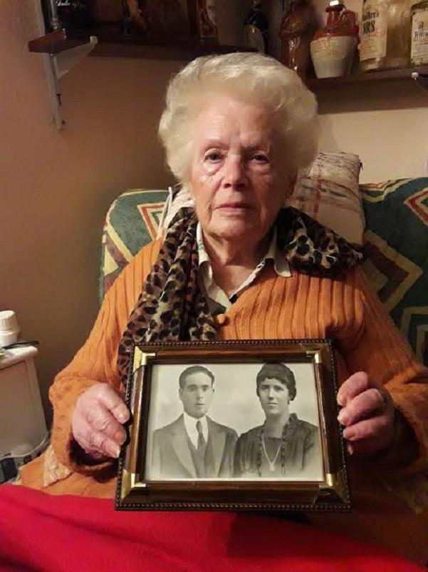 Carmen López Iglesias, superviviente de La Desbanda, con el retrato de sus padres.