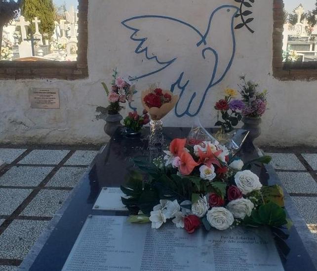 Lápida en el cementerio de Guadix con los nombres de los fusilados en sus tapias.