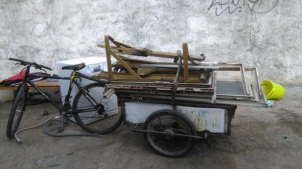 Uno de los habituales carritos para transportar chatarra.