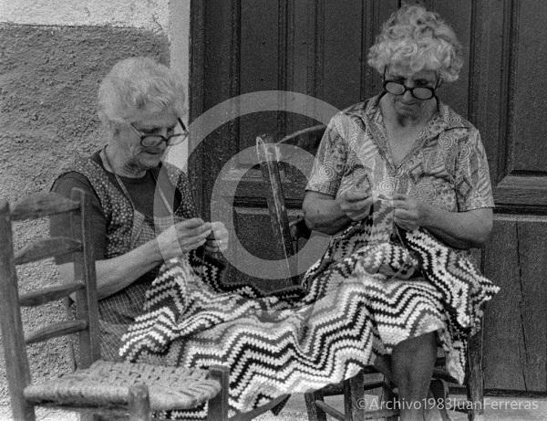 Dos mujeres alpujarreñas tejiendo, en una fotografía tomada en 1983.