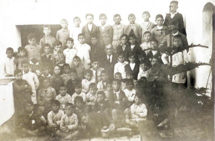 El maestro Dióscoro Galindo con un grupo escolar de Pulianas.