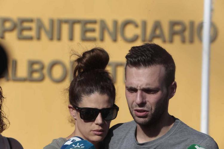 Alejandro y su novia, Eva, a las puertas de la Prisión de Albolote.