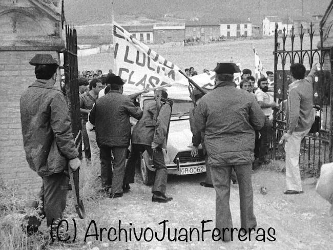 Esta es la Foto de la columna. Jornaleros de CCOO del Campo intentan ocupar la finca de los duque de Weligton, en 1984, para reivindicar las fincas que en vez de dedicarse al cultivo, lo dedican a la caza, causando un grave perjuicio a los jornaleros de los montes orientales granadinos