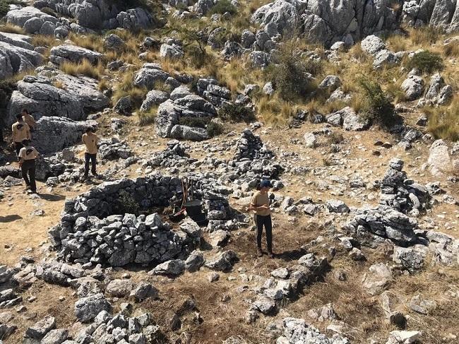Labores de limpieza en el campamento del cerro Formazo. Asociación de Estudios Históricos Frente Sur.