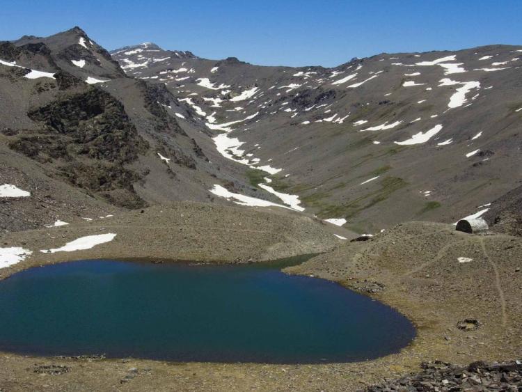 Bella imagen de una laguna en Sierra Nevada.