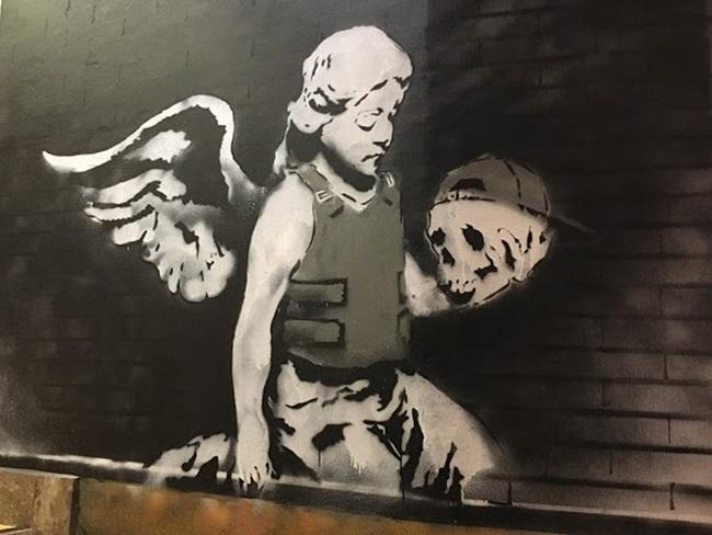'Ángel con chaleco antibalas' -El ángel Ozone', de Bansky, Londres 2007.