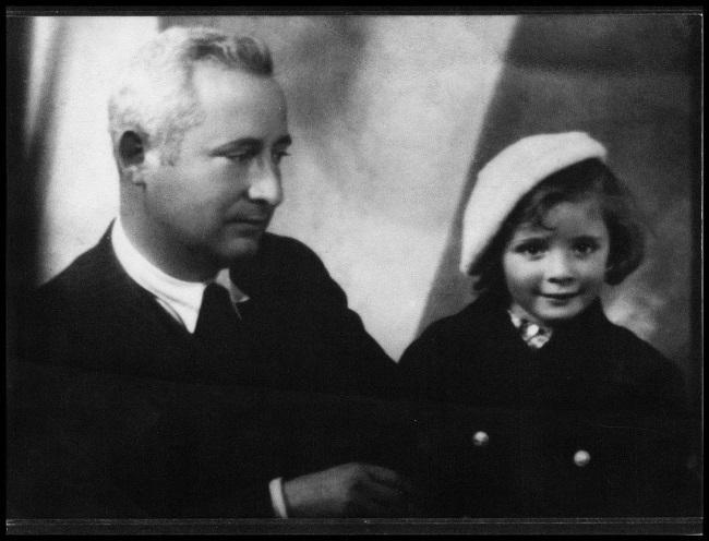 José Ordóñez mira con ternura a su hija Magdalena, en una fotografía del álbum familiar.
