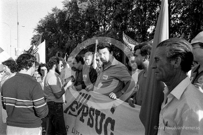 El secretario general del PSUC y militantes comunistas catalanes en la manifestacion de solidaridad con los jornaleros andaluces en una manifestación en Sevilla.
