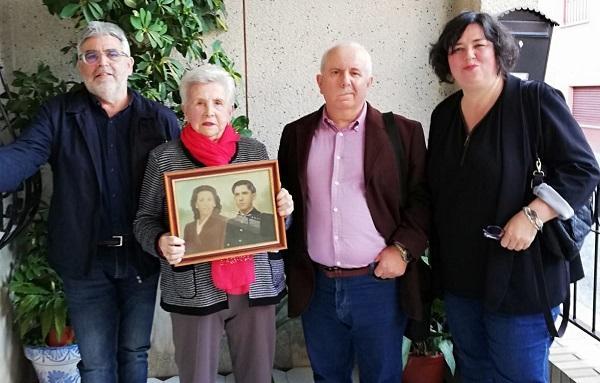 María, con una fotografía en la que aparece junto a su marido, durante su entrevista con la AGRMH.