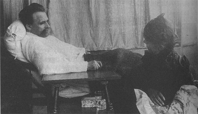 Nietzsche, ya muy enfermo, cuidado por su hermana en 1889.
