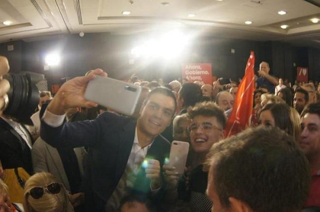 Pedro Sánchez se hace un 'selfie' en un mitín en Granada el  8 de Octubre de 2019.