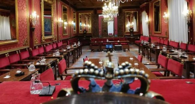 Salón de Plenos del Ayuntamiento de Granada vacío