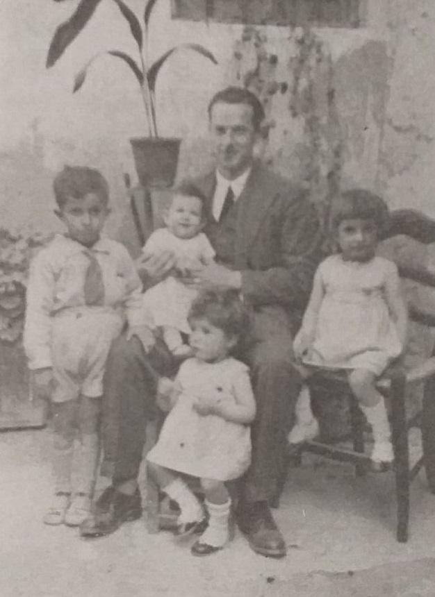 El Maestro Rafael Guervós Cantano con sus cuatro hijos, Rafael, Encarnita, Elena, Carmen Guervós Madrid, en Güéjar-Sierra, instantánea fechada en 1932. No pudo conocer a su quinta hija, Pilar, porque fue fusilado antes de que su esposa Carmen Madrid Ortega diera a luz.
