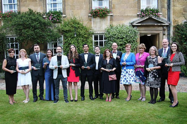 El IML School of English La Zubia recohe el premio en Cambrigde, junto al resto de academias.
