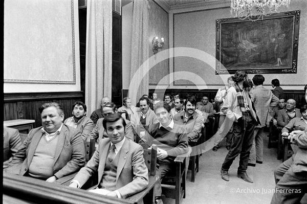 Alcaldes, concejales y diputados provinciales del PCE en el salón de la antigua sede de la Diputación Provincial.