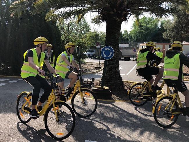 Ciclistas en una ruta educativa en Granada.