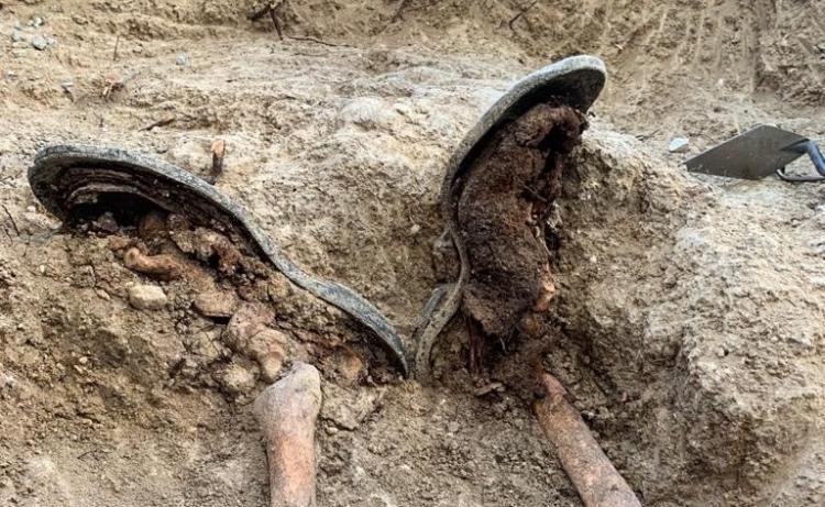 Impactante fotografía con el detalle de las suelas del calzado que aún conservaba una de las víctimas exhumadas en Salar.