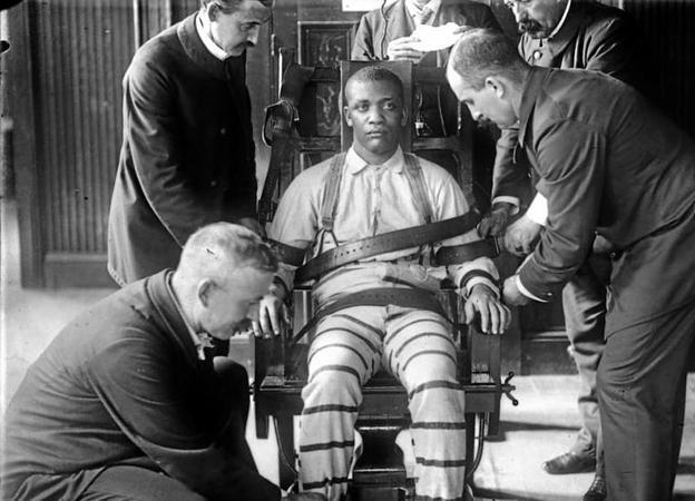 Funcionarios de la prisión neoyorquina de Sing Sing preparan a un recluso para su ejecución en la silla eléctrica, hacia 1900.