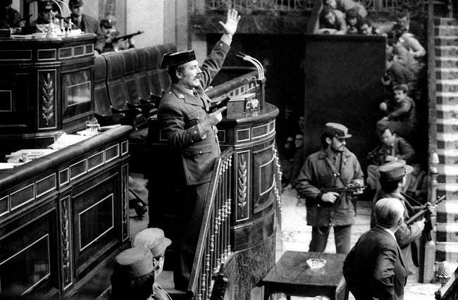 Antonio Tejero, en la tribuna del Congreso tras irrumpir con un grupo de guardias civiles en la Cámara.