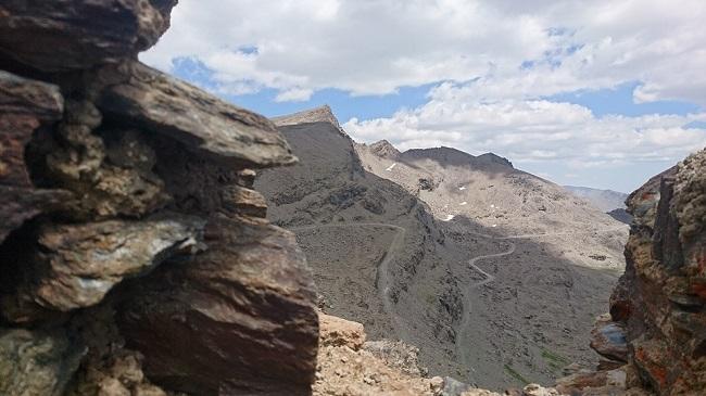 Imagen desde una de las trincheras que hay en la cima de de Loma Púa, junto a la Carihuela, en la que se divisa el Veleta y el carril que va hacia el Mulhacén y también a la Alpujarra.