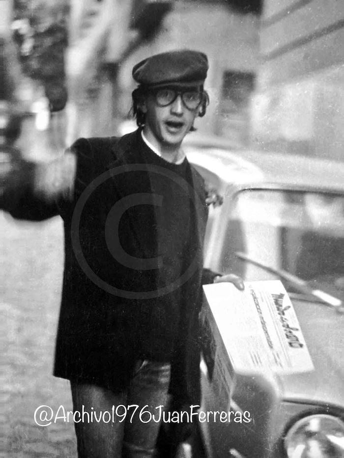 Willy, en 1977, cuando al mejor estilo callejero vendía Mundo Obrero en el centro de Granada.