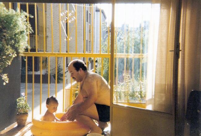 El autor con su padre, en el balcón del piso en el que se crió (los Amarillos del Parque Nueva Granada, sobre 1986).