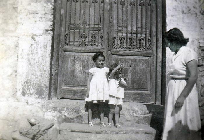 Familiares del autor en la Placeta de la Victoria hacia 1953-1954, delante de la entrada al Carmen de los Mínimos, la finca de sus caseros, los Dalmases.