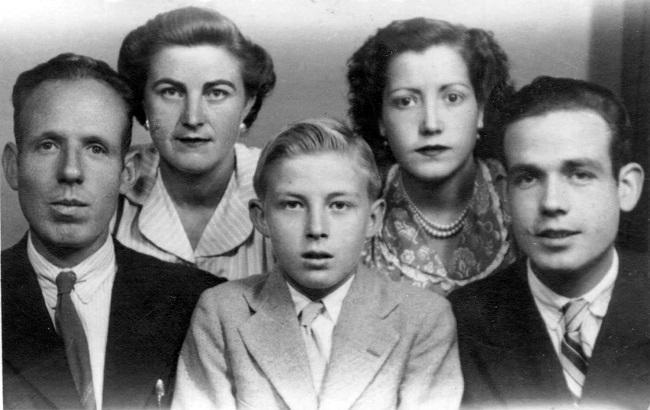 Fotografía de grupo de los cinco emigrantes granadinos, tomada el 13 de junio de 1950, días antes de viajar a la Argentina (Cecilio, Martirio, Ricardo, Angustias y Paco, de izquierda a derecha).