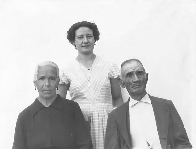 Manuela Archilla Martín (centro), Angustias Martín López (izquierda) y José Antonio Archilla Martín (derecha), en una imagen tomada entre 1954 y 1957.