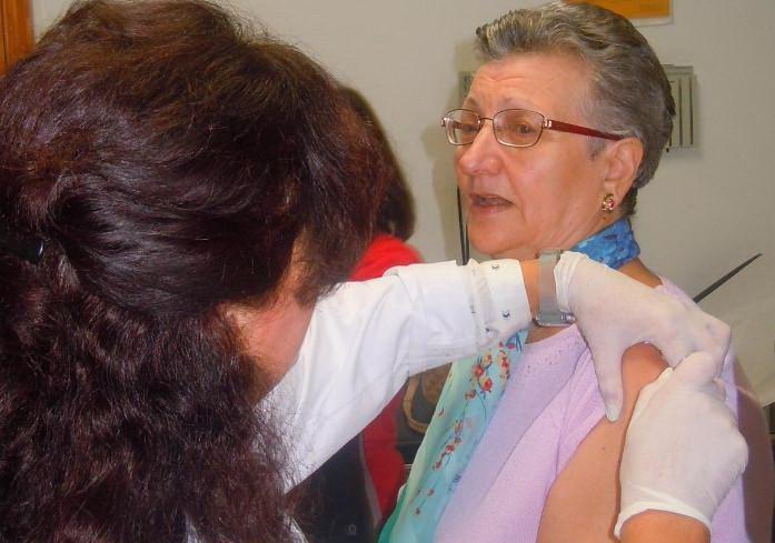 Una persona mayor se vacuna de la gripe.